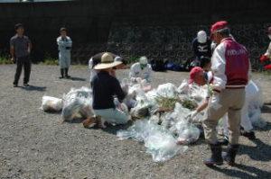 伊万里ライオンズクラブの活動内容。リバーフォーラム清掃の様子です。